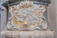 foto - částečně zrestaurovaná kazatelna