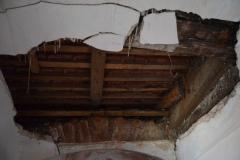 propadající se strop před oratoří