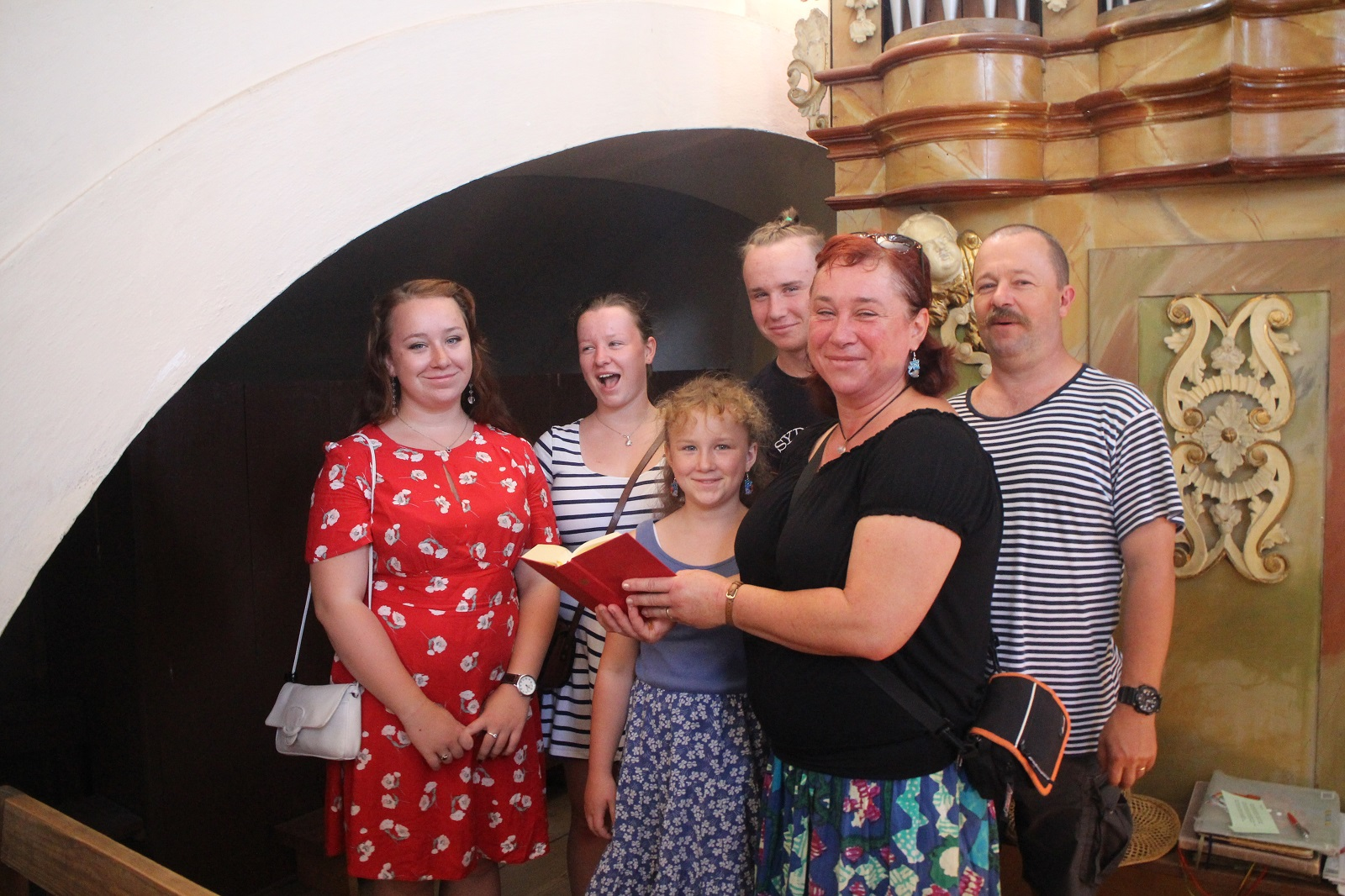 rodina Mádlíkova z Jindřichova doprovázela zpěvem mše sv. v Chlumu v létě 2018