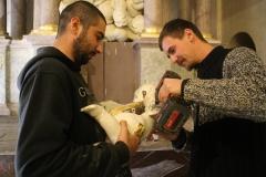 práce při obnově oltáře